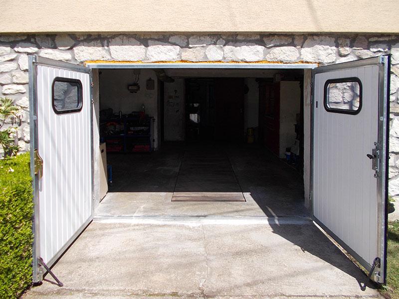 Zweiflügelige Garagentore mit Fenster